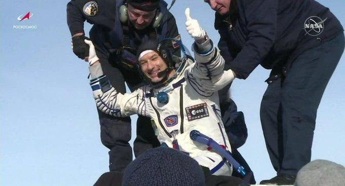 رائدة الفضاء الأمريكية كرستينا كوك تخرج من كبسولة الفضاء الروسية في كازاخستان بعج أن قضت في محطة الفضاء الدولية حوالي 11 شهرا يوم الخميس 6 فبراير 2020