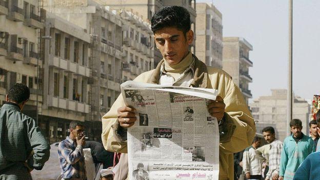 قراءة الصحف الورقية لم تعد تجذب الشباب في العالم العربي
