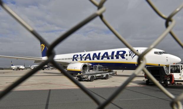 طائرة ريان اير متوقفة في مطار فيز في ألمانيا