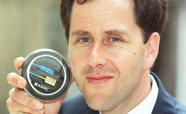 أندرو ريكمان يعرض أحد المنتجات الإلكترونية لشركته