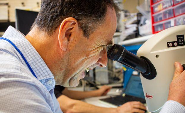 يوظف أندرو الآن فريقًا يراقب عن كثب الاتجاهات الاقتصادية والصناعية الجديدة