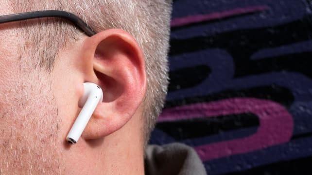 يمكن لسماعة أبل أن تساعد مستخدميها علي السمع بشكل أفضل في الضوضاء