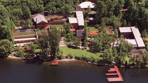 قصر بيل جيتس على ضفاف بحيرة واشنطن تحيط به الأشجار للحفاظ على الخصوصية