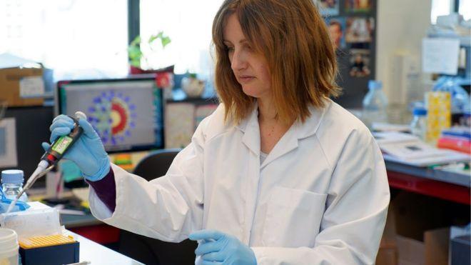 باحثة تعمل على إنتاج لقاح ضد كورونا في معمل بمعهد باستير الفرنسي