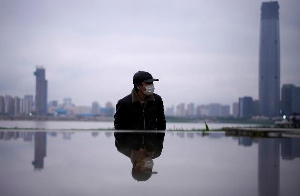 رجل يضع كمامة في ووهان يوم الأحد 29 مارس 2020