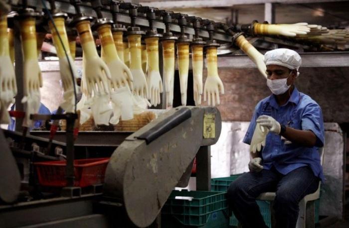 عامل في مصنع توب جلوف الماليزي للقفازات في كوالالمبور عاصمة ماليزيا