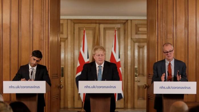 المستشار العلمي للحكومة البريطانية، باتريك فالانس، في مؤتمر صحفي مشترك مع رئيس الوزراء البريطاني، بوريس جونسون، ومستشار الخزانة، ريشي سوناك