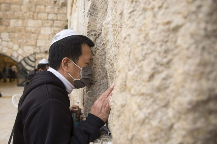 حاخام يحث اليهود على الامتناع عن تقبيل الحائط الغربي بسبب كورونا