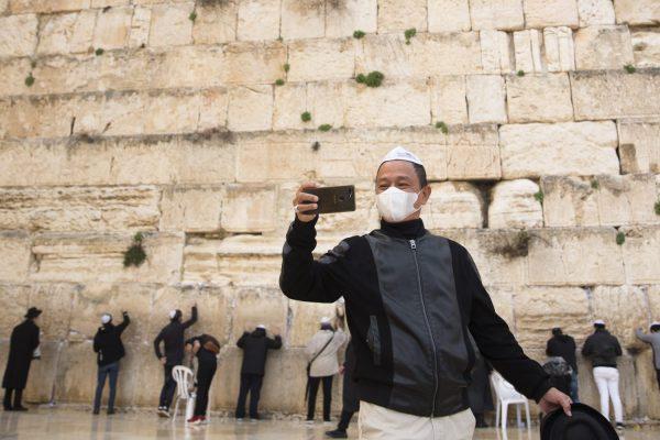 يهود يصلون أمام حائط المبكي بالقدس الشرقية وهم يرتدون أقنعة للوقاية من فيروس كورونا
