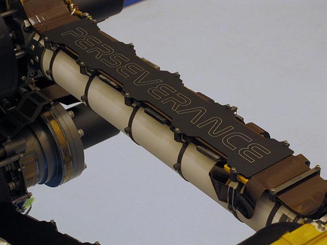 """تم التقاط صورة لاسم المركبة """"Perseverance"""" المثابرة على ذراع السيارة الفضائية لوكالة ناسا في مركز كنيدي للفضاء بعد وقت قصير من وضع الاسم في 4 مارس 2020. تعمل لوحة الاسم المحفورة بالليزر كدرع للحماية من الصخور الفضائية"""