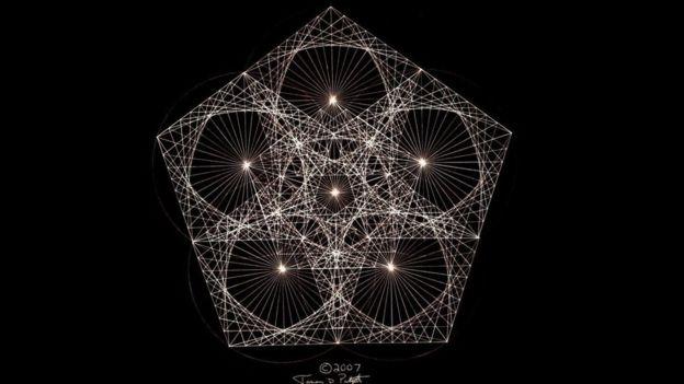 أصبح بادجيت ماهرا في رسم الأنماط الهندسية المكررة، التي تعرف باسم الكسيريات يدويا