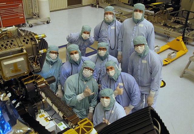 """يُظهر أعضاء فريق مختبر JPL لاختبار وإطلاق السيارة الفضائية """"المثابرة"""" التي ستهبط علي سطح المريخ، تم التقاط الصورة في 4 مارس 2020، في مركز كنيدي للفضاء التابع لناسا"""