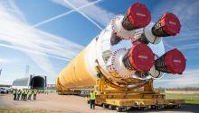 """المرحلة الأساسية من نظام """"إس إل إس""""، خلال نقلها من مجمع ميتشود إلى مجمع ستينيس الفضائي، في يناير الماضي"""
