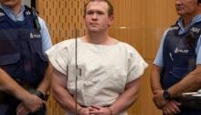 الاسترالي برينتون تارانت، المتهم بقتل 51 من المصلين المسلمين في هجمات على مسجدين في نيوزيلندا أثناء مثوله أمام محكمة في كرايستشيرش يوم 16 مارس 2020