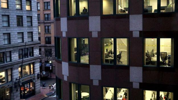 شوارع مدينة بوسطن تبدو خاوية يوم الجمعة الماضي مع تزايد عدد من يعملون من المنزل، وسط تسارع وتيرة انتشار الإصابة بوباء كورونا