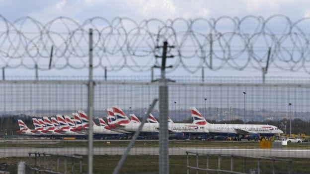 """طائرات تابعة شركة الخطوط الجوية البريطانية مصطفة في مطار """"جيتويك""""، بإنجلترا"""