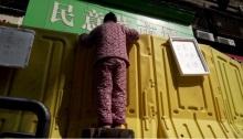 استطاع الباعة والمشترون التواصل من خلف الجدار البلاستيكي في ووهان الصينية