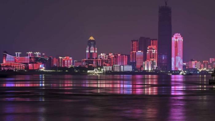 مدينة ووهان الصينية يقطنها أكثر من 11 مليون شخص ظلوا تحت حالة الإغلاق الكامل لمدة 76 يوما أنتهت يوم 8 أبريل 2020