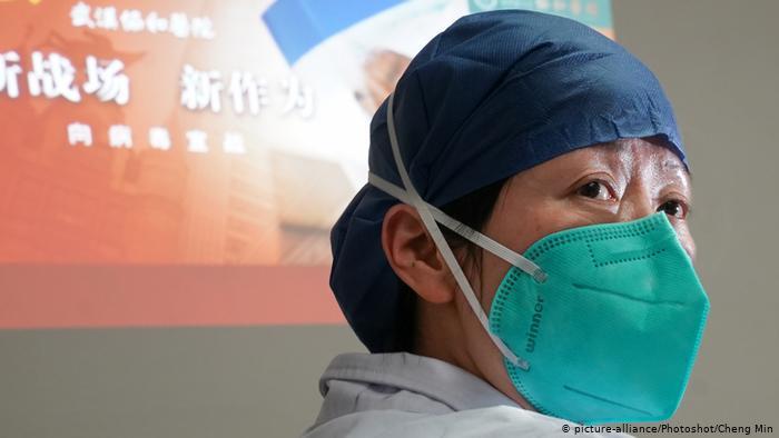طبيية صينية عضو في فريق لمواجهة كورونا بمدينة ووهان الصينية