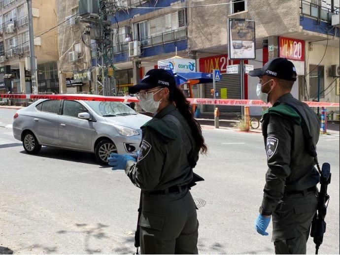 اثنان من أفراد الشرطة عند مدخل بني براق يوم الجمعة 3 أبريل 2020