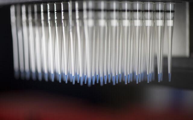 الماصات التي تحتوي على خلايا مناعية لاختبارها ضد لقاحات فيروسات كورونا المحتملة تظهر في مركز أبحاث اللقاحات في المعاهد الوطنية للصحة، 19 ديسمبر 2017 في بيثيسدا، ماريلاند، الولايات المتحدة