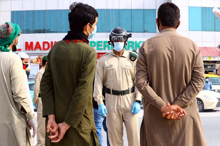 ضابط شرطة يرتدي خوذة ذكية لاختبار درجة حرارة الأشخاص خلال تفشي فيروس كوفيد-19 في دبي ، الإمارات العربية المتحدة في 23 أبريل 2020