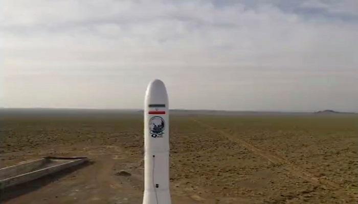 صورة تم التقاطها من شريط فيديو بثه التلفزيون الإيراني الرسمي تظهر إطلاق صاروخ يحمل قمر صناعي عسكري يوم الأربعاء 22 أبريل 2020
