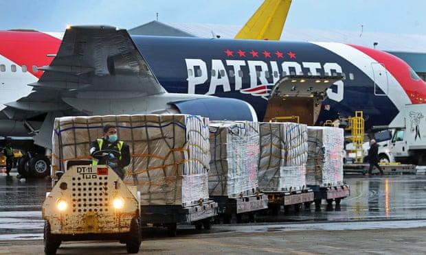 العمال يفرغون طائرة تستخدمها شركة باتريوت نيو إنجلاند بعد هبوطها في مطار لوجان بمدينة بوسطن الأمريكية قادمة من مدينة من شنزهين الصينة بشحنة تزيد عن مليون قناع N95