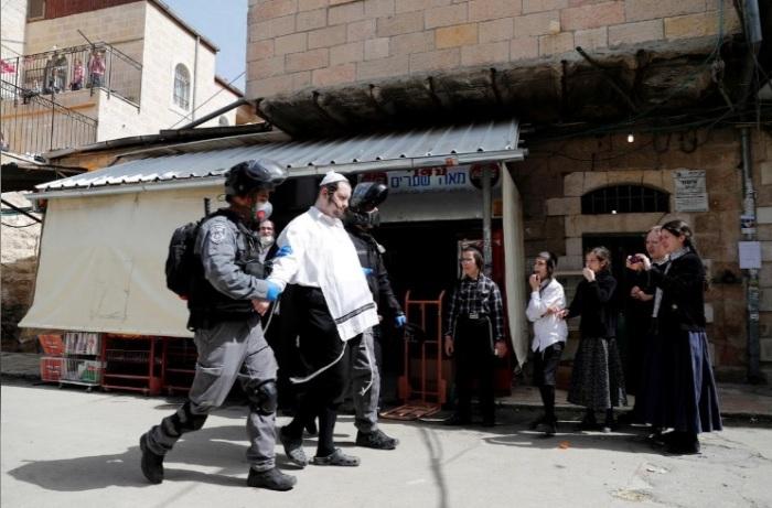 الشرطة الإسرائيلية تلقي القبض علي أحد اليهود المتشددين الذين يعارضون القيود علي الحركة التي تفرضها الحكومة للحد من إنتشار فيروس كورونا، القدس 30 مارس 2020