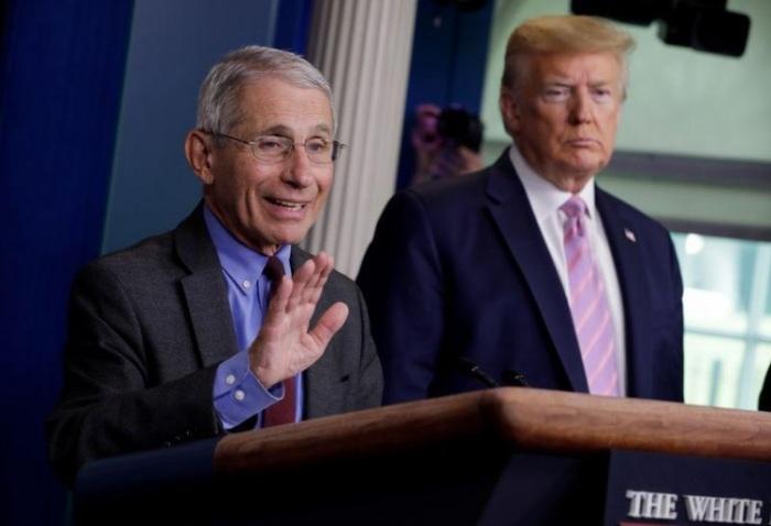الدكتور أنتوني فاوتشي خبير الأمراض المعدية فاوتشي يتحدث في البيت الأبيض وبجواره الرئيس دونالد ترامب يوم 10 أبريل 2020