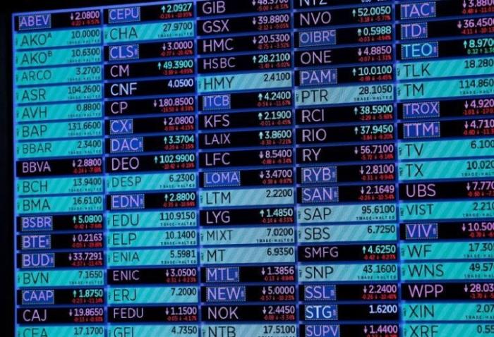 شاشة تعرض بيانات حركة الأسهم في صالة التداول في بورصة نيويورك للأوراق المالية يوم 18 مارس 2020