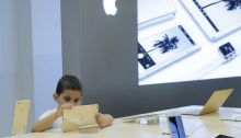 طفل يستخدم جهاز أيباد
