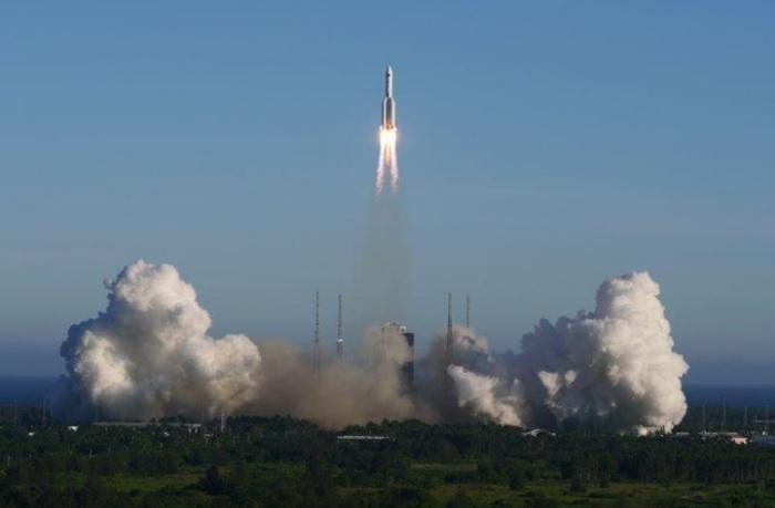 الصاروخ (لونج مارش-5 بي) ينطلق من مركز وينشانج للإطلاق الفضائي بإقليم هاينان بجنوب الصين يوم الثلاثاء 5 مايو 2020