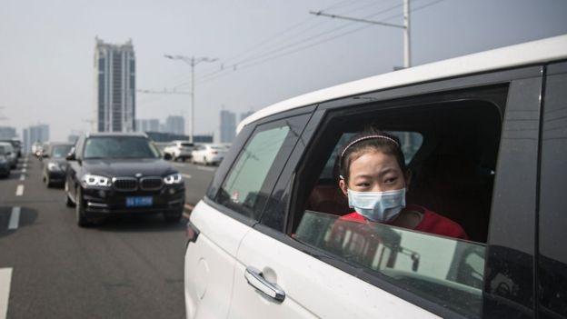 الصين تطمئن الركاب بسيارات مضادة لفيروس كورونا