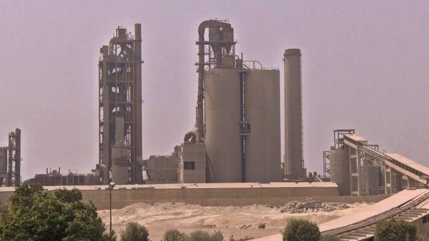مداخن المصانع وخاصة مصانع الأسمنت تتسبب في تلوث الهواء ومشاكل صحية للسكان في المناطق المحيطة بالمصانع