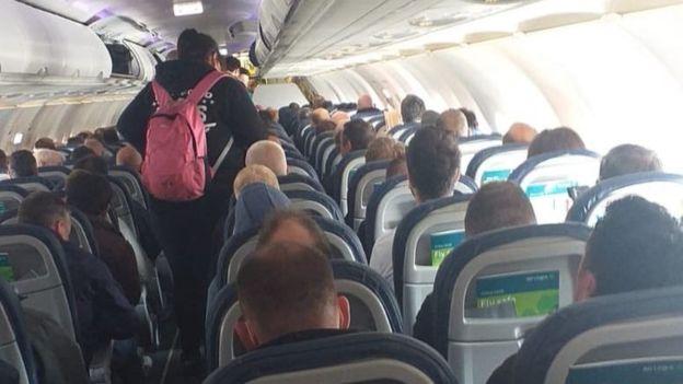 معظم المقاعد مشغولة في رحلة جوية من بلفاست إلى لندن رغم التعليمات الحكومية بوضع مسافة أمان نحو مترين بين المسافرين