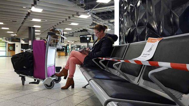 اتخذ العديد من المطارات إجراءات للمساعدة في تطبيق قواعد التباعد الاجتماعي