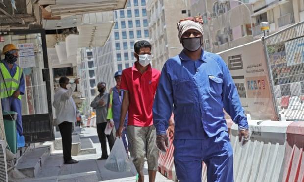 عمال يرتدون كمامت للوقاية من فيروس كورونا في العاصمة القطرية الدوحة