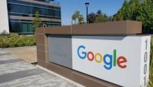 افتة تحمل اسم جوجل قرب مقر الشركة في كاليفورنيا بالولايات المتحدة يوم 8 مايو 2020