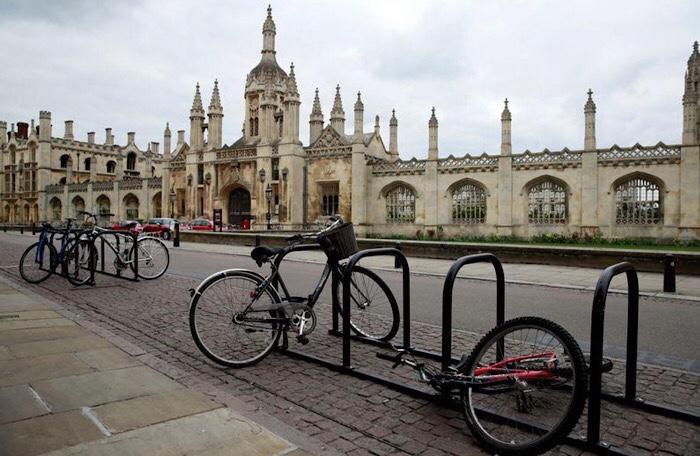 دراجات خارج مقر جامعة كمبردج البريطانية يوم 1 أبريل ٢٠٢٠
