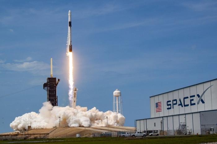 إطلاق صاروخ فالكون 9 لشركة سبيس إكس حاملا رائدي فضاء ناسا في مدار على متن مركبة فضائية كرو دراجون من مركز كنيدي للفضاء في فلوريدا يوم 30 مايو 2020