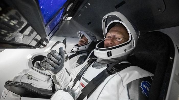 رائدي الفضاء الأمريكيين داخل كبسولة الفضاء كرو دراجون يوم 30 مايو 2020