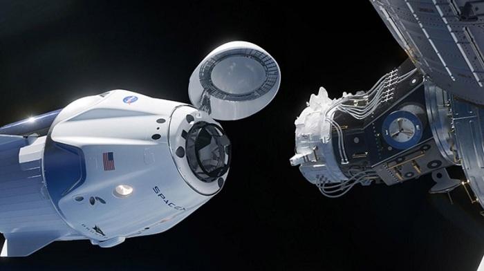 كبسولة الفضاء كرو دراجون من شركة سبيس إكس قبل دقائق من الالتحام بمحطة الفضاء الدولية يوم السبت 30 مايو 2020