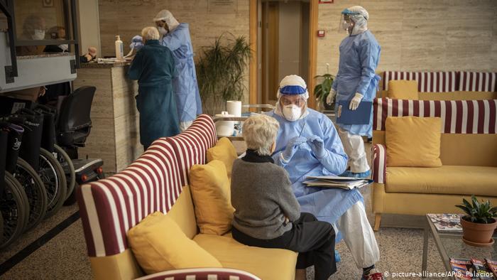 التقطت ماريا العدوى في دار لرعاية المسنين بمدينة أولوت في شرق اسبانيا، وتلقت العلاج وشفيت هناك