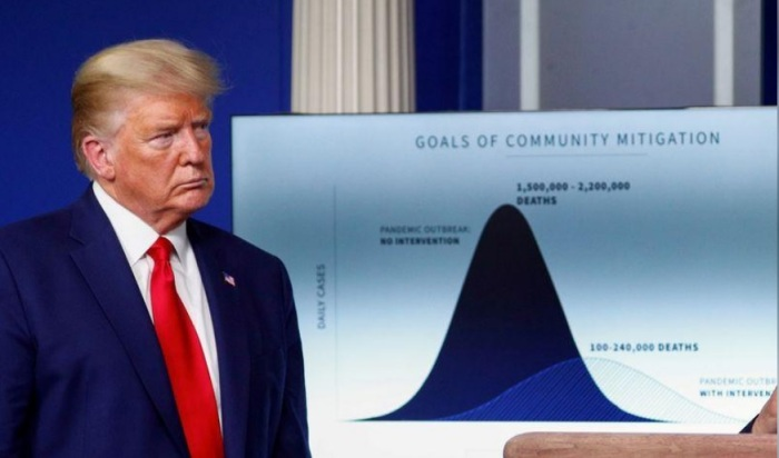 الرئيس الأمريكي دونالد ترامب يستمع أثناء مؤتمر صحفي يومي في البيت الأبيض في واشنطن يوم 31 مارس 2020