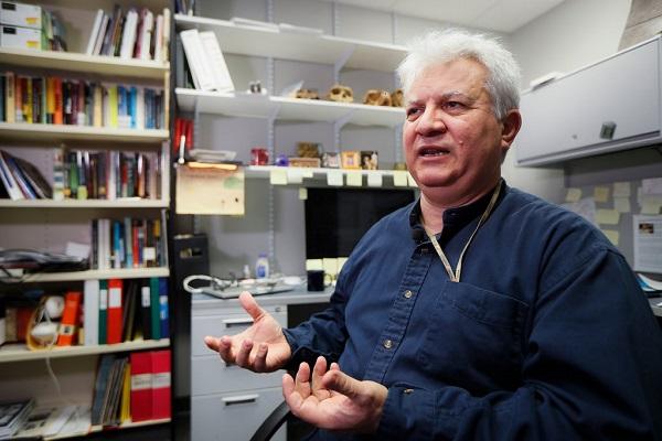 عمرو العزم أستاذ تاريخ الشرق الأوسط والأنثروبولوجيا في جامعة ولاية شوني، يساعد في قيادة المشروع الذي يتعقب اللصوص الذين يستخدمون فيسبوك لتسويق القطع الآثرية المسروقة