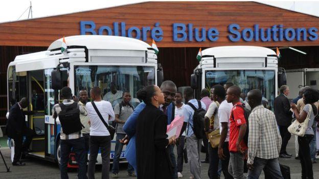 يتم شحن بطاريات هذه الحافلات بالكهرباء المنتجة بالطاقة الشمسية في ساحل العاج