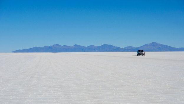 البجيرة الملحية سالار دي اويوني تبلغ مساحتها 10 آلاف كم مربع وتحوي اكثر من نصف احتياطي العالم من الليثيوم