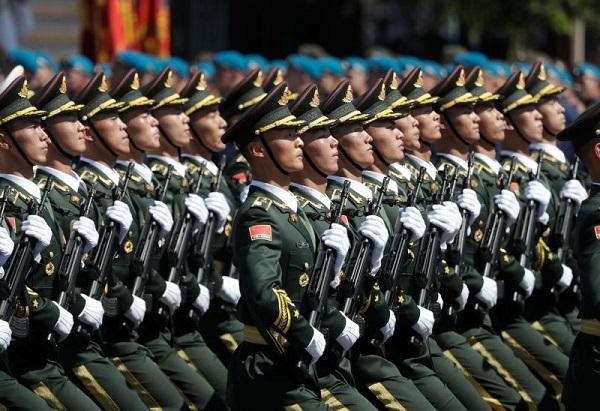 جنود من جيش التحرير الشعبي الصيني يسيرون في الساحة الحمراء خلال عرض عسكري، الذي يصادف الذكرى 75 للانتصار الروسي على ألمانيا النازية في الحرب العالمية الثانية، في موسكو في 24 يونيو 2020