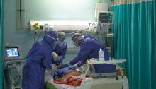 أطباء مصريون يعالجون أحد المرضي بفيروس كورونا، نسبة الوفيات في مصر مرتفعة عن المتوسط العالمي